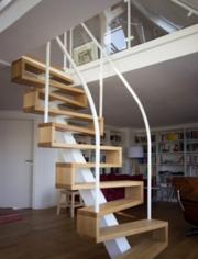 Качественная лестница из дерева металла стекла
